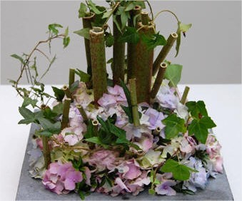 Eenvoudig maar toch leuk bloemstukje zelf maken met hortensia en polygonumstokken