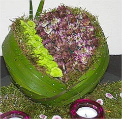 Bol steekschuim bekleden met bladeren en opvullen met bloemen