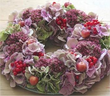 Herfstkrans met hortensia, sierappeltjes, sedum,...