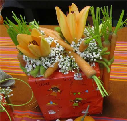 Bloemstuk sinterklaas, bloemschikken sint nicolaas, bloemenversiering voor de sint, bloemschikken december