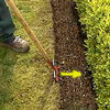 Graskanten van het gazon afsteken maakt de tuin een heel stuk mooier