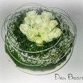 Moederdag met een bloemstuk vol witte rozen