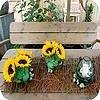 Creatief tafelstuk met zonnebloemen zorgt voor sfeer op de tuintafel