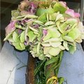 Tafeldecoratie met hortensia en papavers.