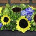 Zomerse schikking met zonnebloemen