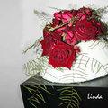 Valentijnsbloemen: Bloemstuk voor Valentijn met rozen en koraalvaren