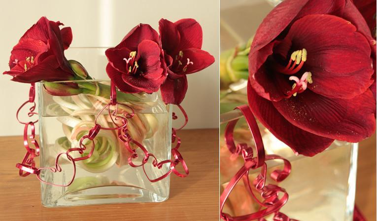 Bloemstuk valentijn: Amaryllissen met harten schakelketting