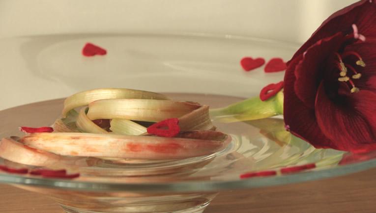 Rood verkleurde stengels valentijnsbloemstuk