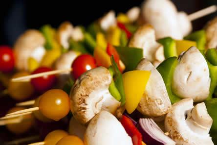 Groenten op de barbecue: champignons, tomaten en paparika