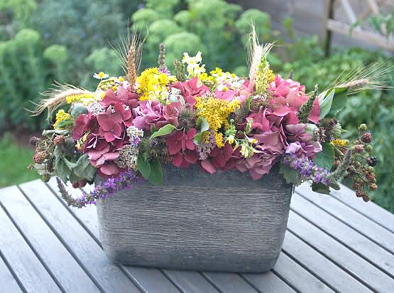 Sierlijke bloemschikking met materialen uit de berm