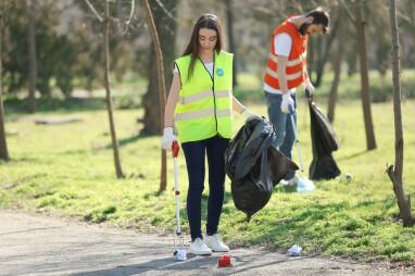 Afval opruimen met afvalgrijper
