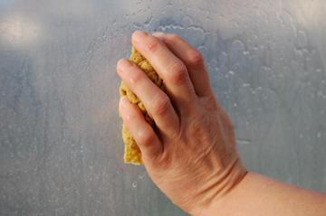 de tuinkas of serre schoonmaken kan ook met een spons
