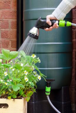spaarzaam omgaan met regenwater in de tuin