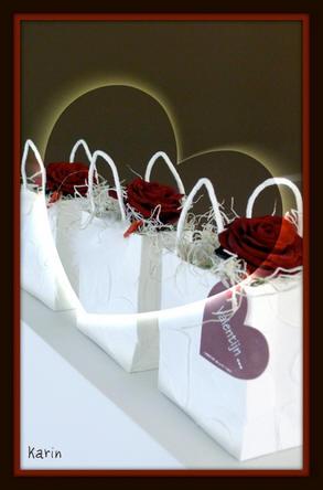 Valentijn bloemstuk met hartjes