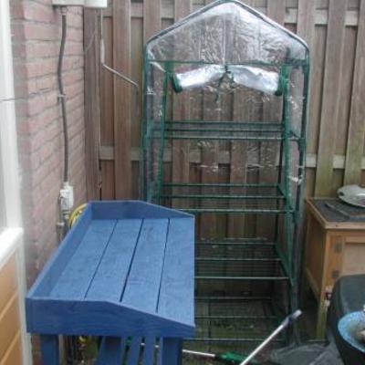 Ben mijn tuin aanhet doen en mijn kas neergezet