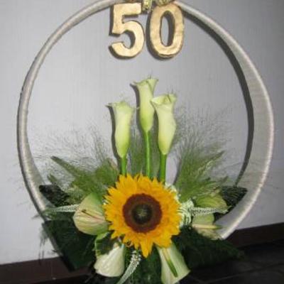 bloemstuk 50 jaar getrouwd Rond voile bloemstuk voor 50 jaar huwelijk bloemstuk 50 jaar getrouwd