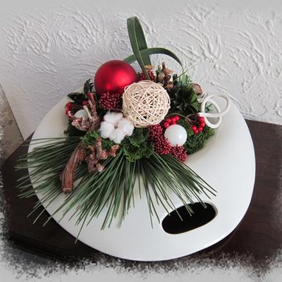 Kerststukje in rood, en wit.