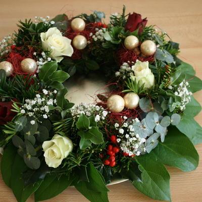 Bosje bloemen omgetoverd tot kerstkrans