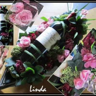 Een wijnfles in bloemen verpakt