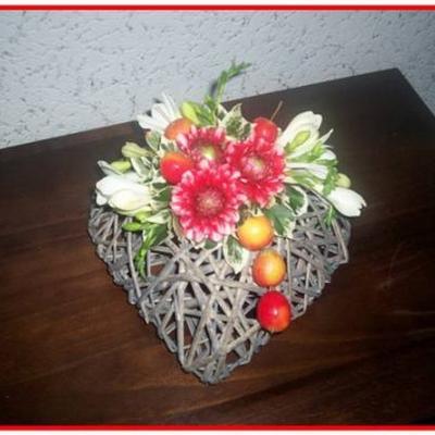 Hartje met dahlias en fresias