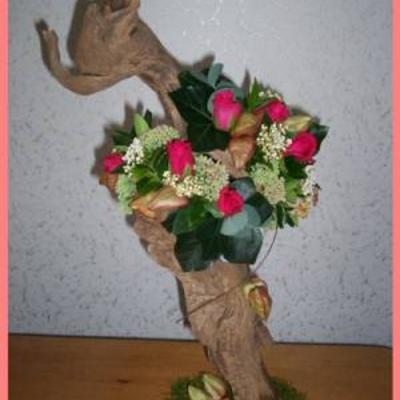 Boomstronkje gevuld met rozen