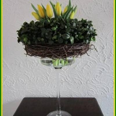 Tulpen in gestapelde kransen.
