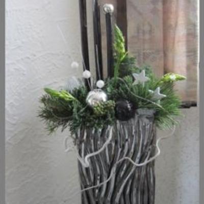 Kerststuk in zilveren vaas