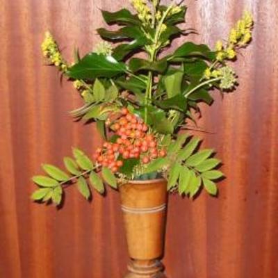 Bloemstukje in houten vaas