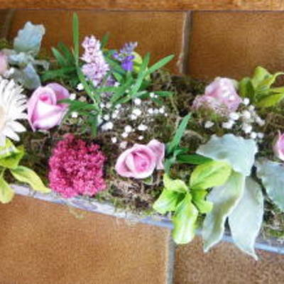 Tafelstuk met nieuwe bloemen
