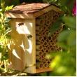 Bijenhotel met schorsdak