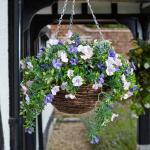 Hangmand met blauwe en roze kunstbloemen