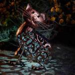 Kat met wiebelkop en solarverlichting
