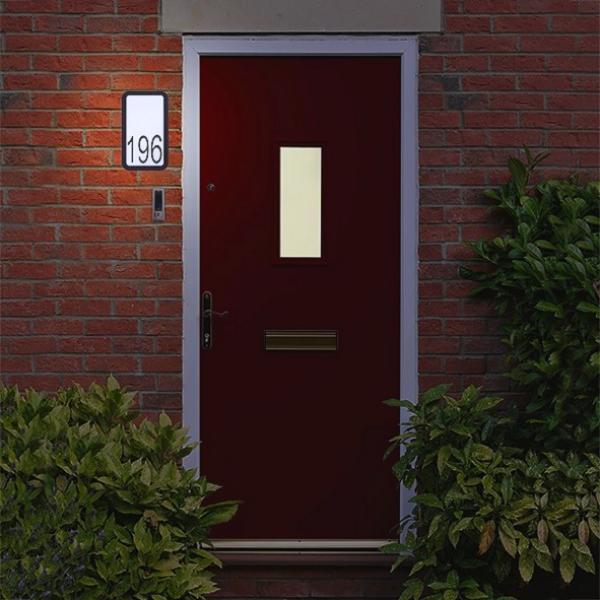 Goede lamp voor buiten - verlicht huisnummer aan de gevel - lamp aan ...